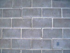 les fissures de gu dans les blocs fondation en b ton peuvent tre r par es pour stabilisation. Black Bedroom Furniture Sets. Home Design Ideas